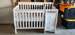 White mini crib with changing table for Sale in Rialto, CA