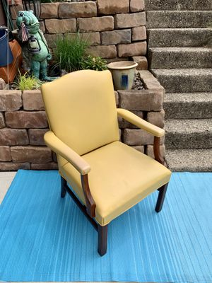 L🌞🌞K rare find! Fun in the yellow sun vintage accent arm chair! very good condition overall, HEAVY well made, Will last forever! for Sale in Monroeville, PA
