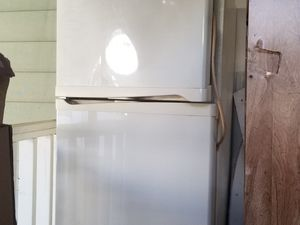 Refrigerator FREE old but works for Sale in Piedra, CA