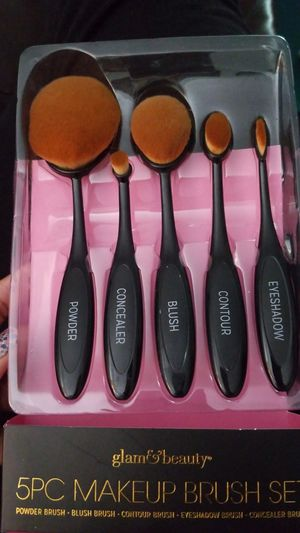 5pc oval makeup brush set! Get yours today for Sale in South Euclid, OH