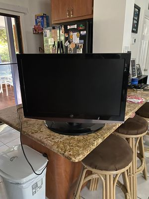 "Regular 25"" tv comes with remote for Sale in Temple Terrace, FL"