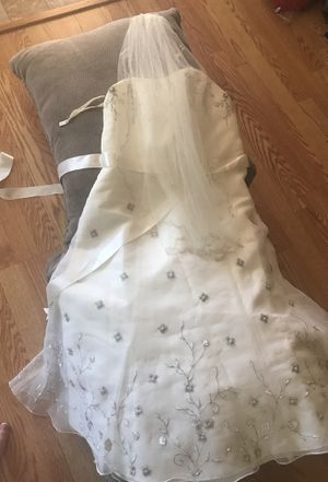 Size 12 David's bridal wedding dress with vail for Sale in Safety Harbor, FL