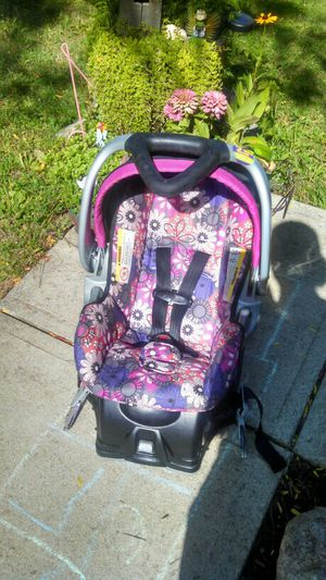 Baby Trend's car seat and base with pink and purple floral design for Sale in Lima, OH