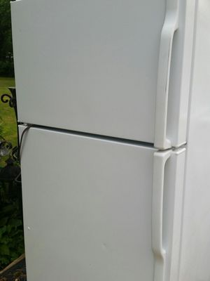 Refrigerator top freezer like new 5 months warranty for Sale in Alexandria, VA