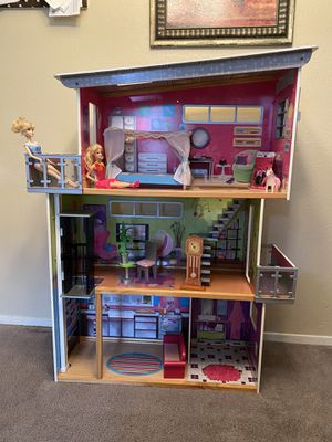 doll house in good condition Includes everything for Sale in Houston, TX
