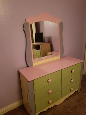 5 pc YOUNG GIRLS BEDROOM SUITE BED DRESSERS for Sale in Gilbert, AZ