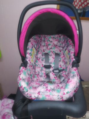Mini Mouse car seat with base for Sale in Pueblo, CO