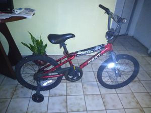 Kids bike new perfect condition with training wheels just needs air both tires selling $35 bicleta de Nino's perfecto con ruedas para entrnar nada for Sale in Miami, FL