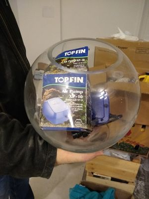 Fish tank w/Air Bubble Air Compressor and Fish flakes for Sale in Germantown, MD