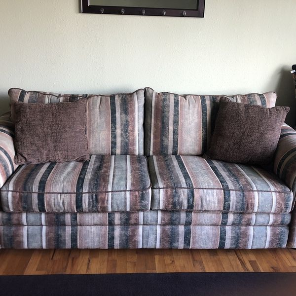 6 Foot Simmons Couch with Matching pillows Excellent condition !