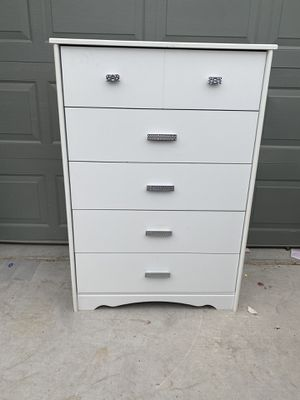 5 drawer tall dresser for Sale in North Las Vegas, NV