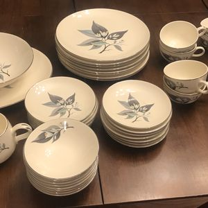 Homer Laughlin Dining Set (J55N5) for Sale in Sioux Falls, SD