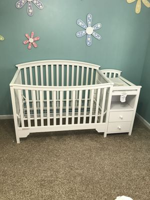 Beautiful Wooden baby crib with changing table and 2 drawers for Sale in Hoffman Estates, IL