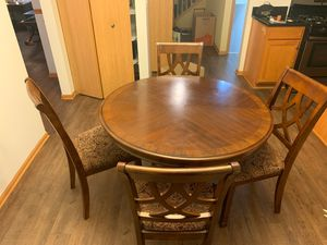 Must go! Fantastic breakfast table WITH 4 chairs. Well maintained, chairs sturdy and well maintained as well. for Sale in Bolingbrook, IL