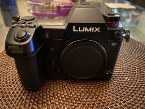 Panasonic Lumix S1 kit with 24-105 lens for Sale in Los Angeles, CA