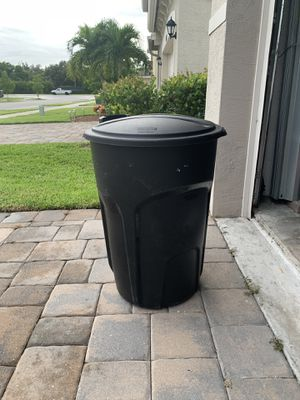 32 gallons Rubbermaid trash can for Sale in Lantana, FL