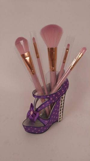 fashion shoe style makeup brush holder with five-piece makeup brush. for Sale in Rosemead, CA