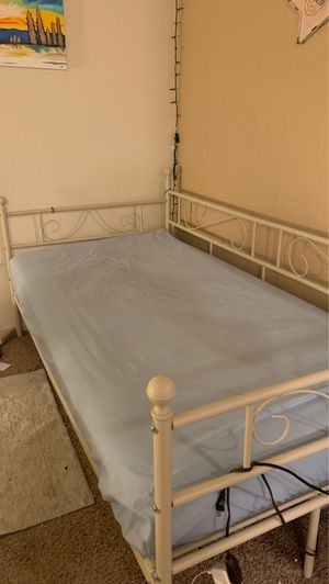 Day bed with twin mattress for Sale in Fresno, CA