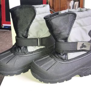 Kids Snow Boots Size 8 for Sale in Los Angeles, CA
