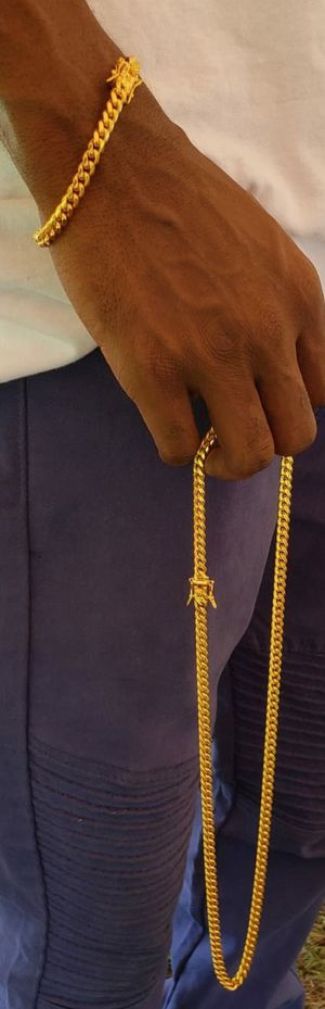 $80.....14k gold-plated Cuban link chain and bracelet set..... Shipping is available 🛫✈️🛬 or I deliver 🚗🏍️💭💭 for Sale in Hollywood, FL