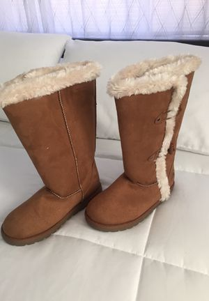 Girls Warm Boots BRAND NEW. Size 3 1/2 for Sale in El Paso, TX