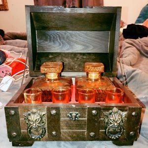 VINTAGE MEDIEVAL TREASURE CHEST DECANTER SET WOOD BOX LION HANDLE for Sale in Saint James, MO