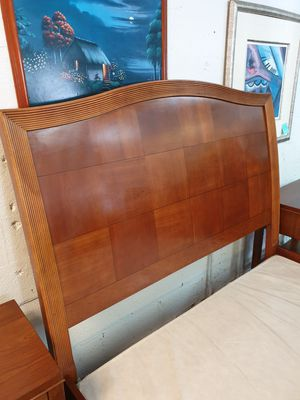 Queen size bedroom set solid wood in excellent condition ! for Sale in Fort Lauderdale, FL