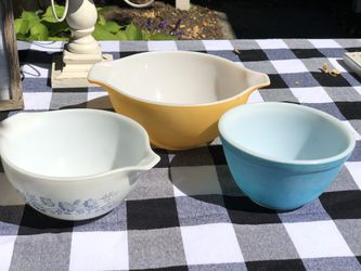Set of three vintage Pyrex bowls for Sale in Snohomish,  WA