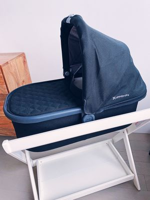 UPPAbaby Vista Bassinet + Stand (mint condition) for Sale in Brooklyn, NY