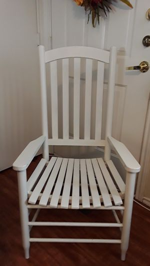 WHITE WOODEN CHAIR for Sale in San Marcos, TX