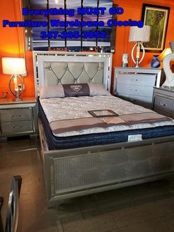 Queen bedroom set. Must Go for Sale in Queens,  NY