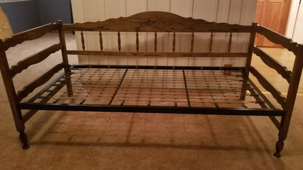 Wooden twin trundel bed with 1 mattress