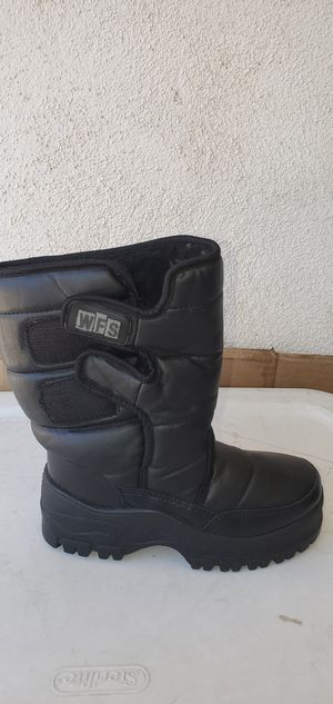 WFS WINTER SNOW BOOTS KIDS (SIZE 2 ) PRE-OWNED IN GOOD CONDITION for Sale in Lynwood, CA