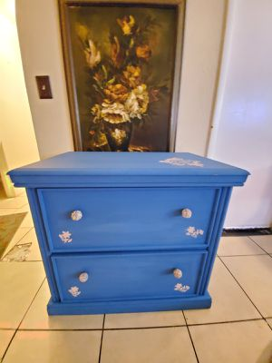 Cute dresser with 2 wide drawers like new. 33 inch x20 inch top and height is 30 inch for Sale in Las Vegas, NV