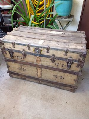 Free old steam trunk for Sale in Palmdale, CA