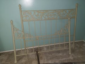 Queen bed metal frame for Sale in Columbus, OH