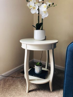 Round Accent end table for Sale in West Bloomfield Township, MI