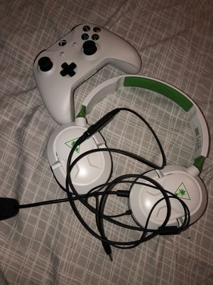 Xbox one remote & headset for Sale in The Bronx, NY
