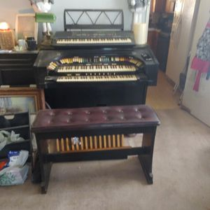 Electric Organ With 2 Speakers (Free Just Pick It Up) for Sale in Victorville, CA