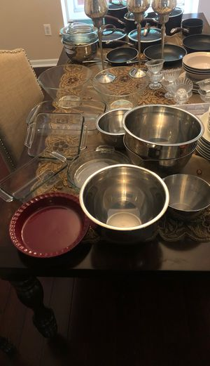 Mixing bowls and Pyrex for Sale in Westland, MI