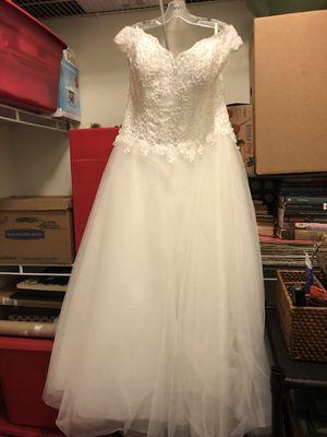 Beautiful floor length wedding dress size 14/16 for Sale in Suffolk, VA