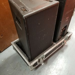 EAW KF300 pair With Flight Case for Sale in Miami, FL