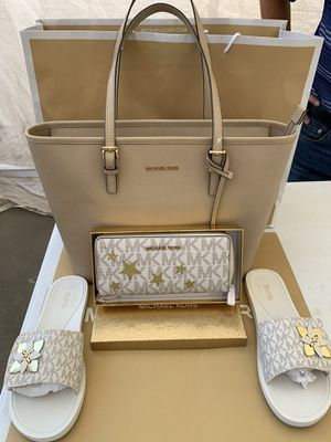 MICHAEL KORS SET NWT🌹🌷🌹🌷Perfect gift 🎁 Limited edition large wallet Mk sandals size 9 Selling it as a set only Serious inquires only please please for Sale in Pico Rivera, CA