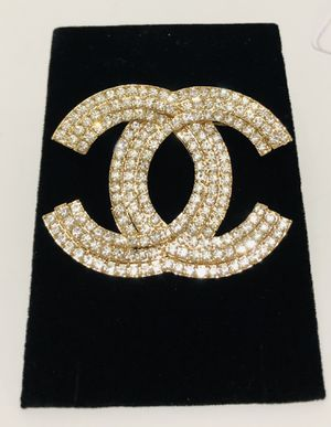 Fashion gold plates brooch for Sale in San Jose, CA