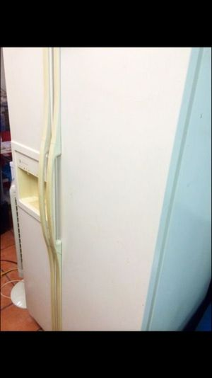 GE Spacious Almond Refrigerator for Sale in Coral Gables, FL