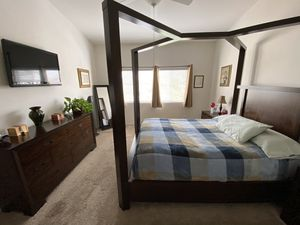 Queen sized canopy bedroom set for Sale in Aliso Viejo, CA
