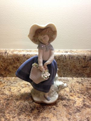 LLADRO | Pretty Pickings Girl Figurine (Perfect Condition) for Sale in Salt Lake City, UT