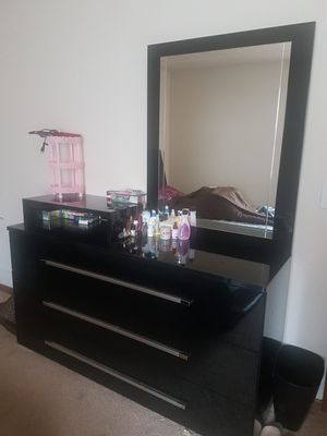 Queen bed with dresser for Sale in Columbus, OH