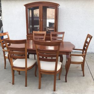 Beautiful dining set with hutch for Sale in Rancho Cucamonga, CA