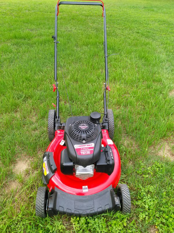 Almost in brand new condition Troy-Bilt push lawn mower with Honda engine works absolutely great guaranteed to turn on on first pull